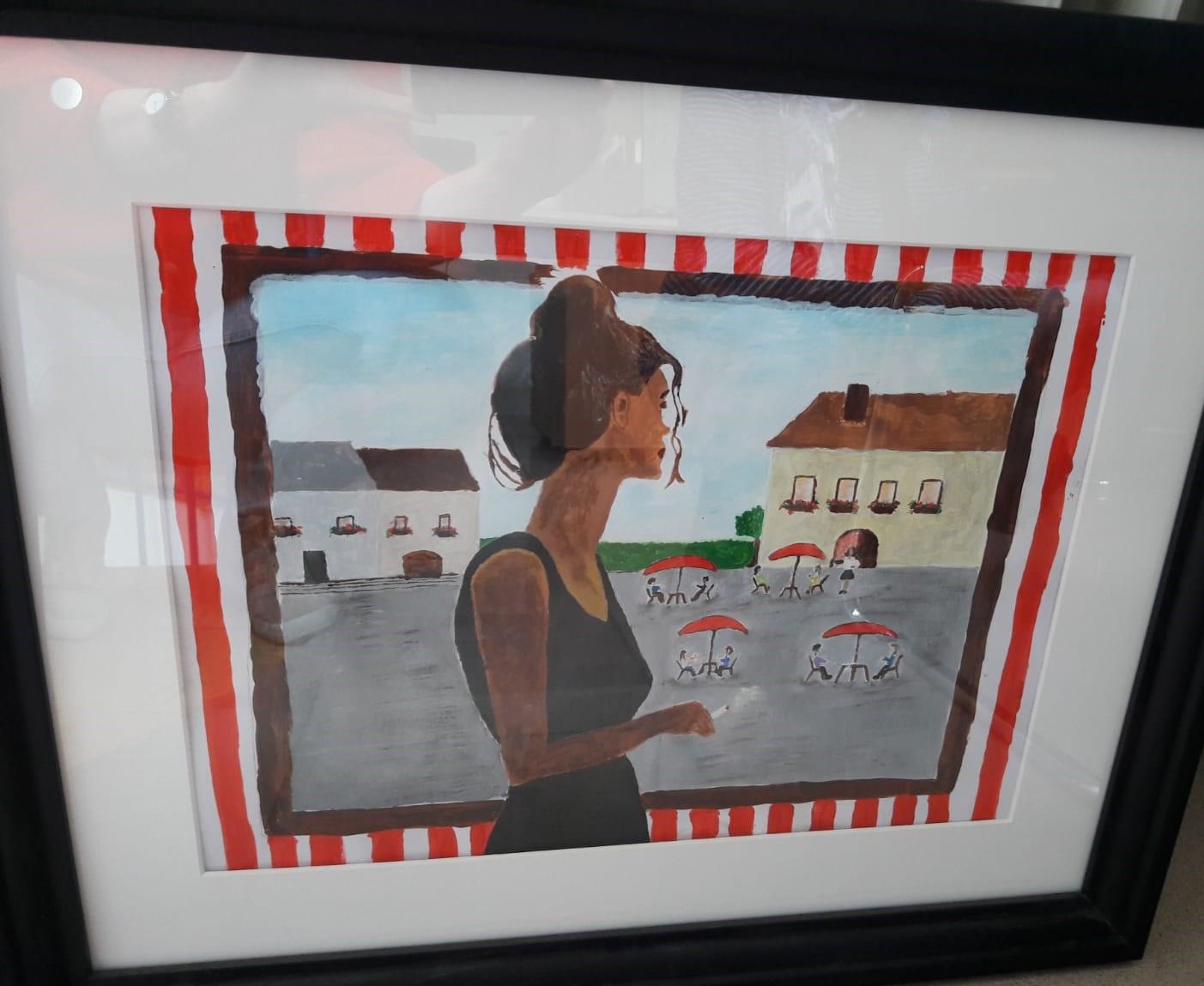 Gemälde einer Frau, die aus einem Fenster blickt. Draußen ist ein Platz zwischen zwei Häusern. Auf dem Platz sind vier rote Sonnenschirme unter denen jeweils zwei Menschen sitzen. Eine Kellnerin steht neben einem der Tische mit ihrem Tablett