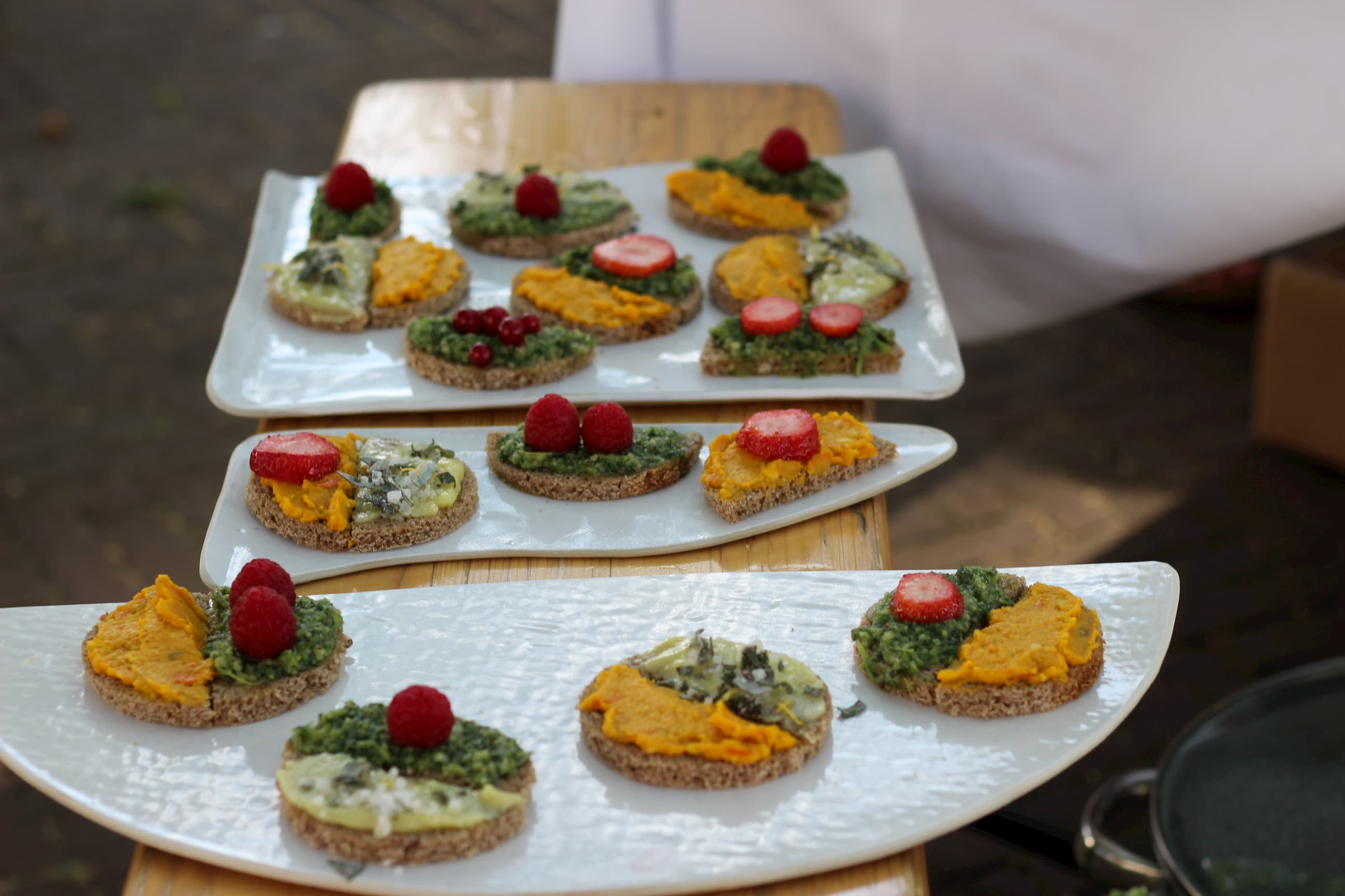 Schnittchen mit verschiedenen Aufstrichen und Erdbeeren als Garnierung.