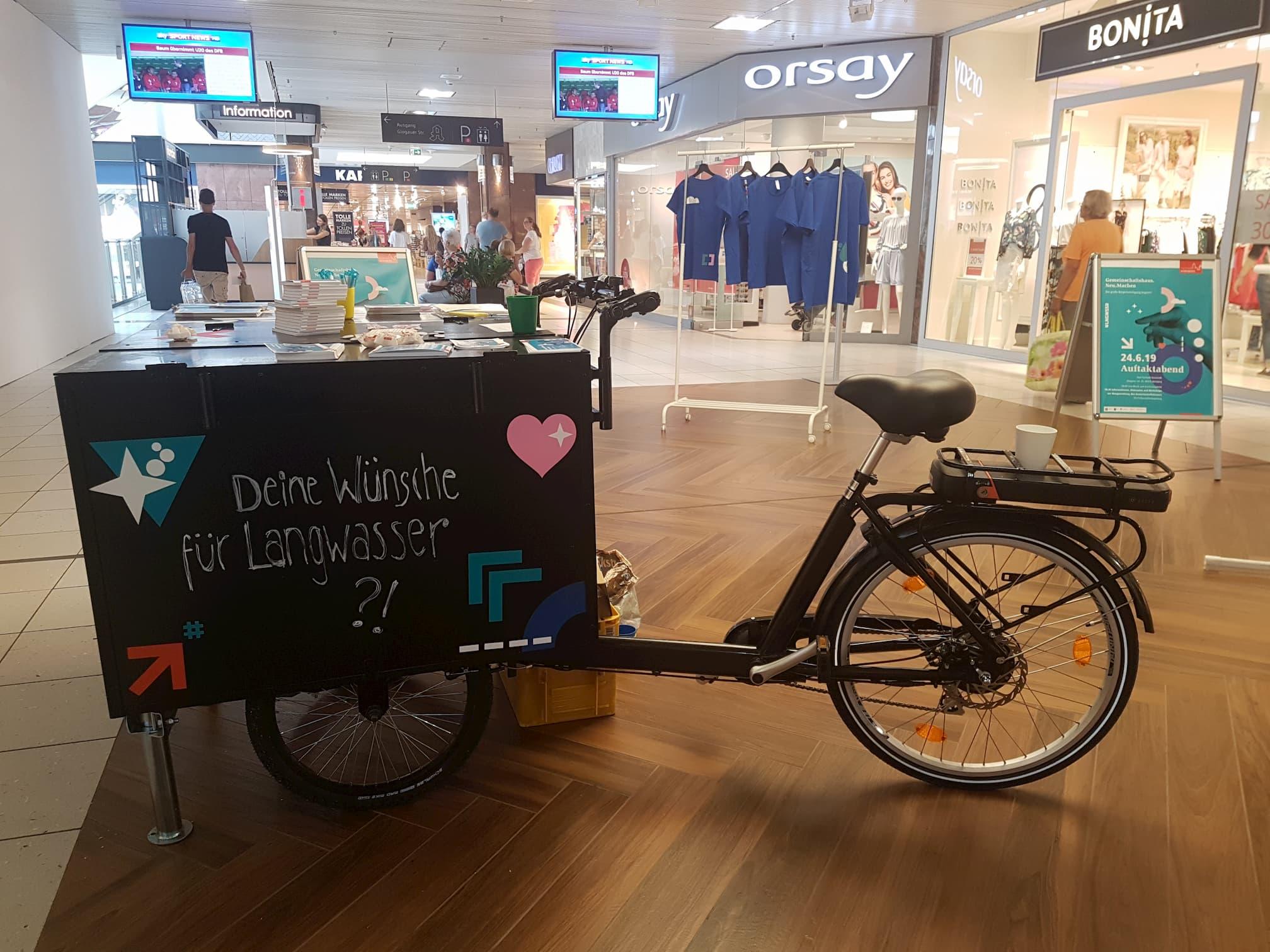Das Befraguns-Fahrrad steht in einem Einkaufscenter.
