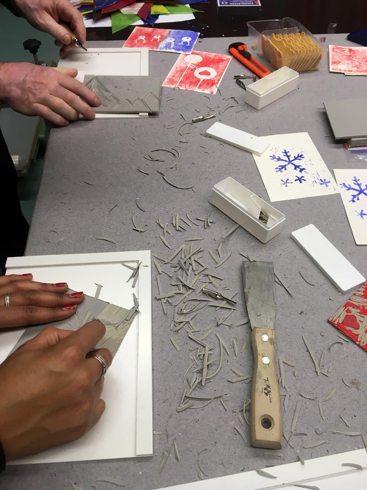 Teilnehmer arbeiten die Motive aus den Linnolplatten heraus