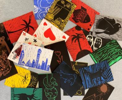 Linolbedruckte Karten liegen auf einem Stapel
