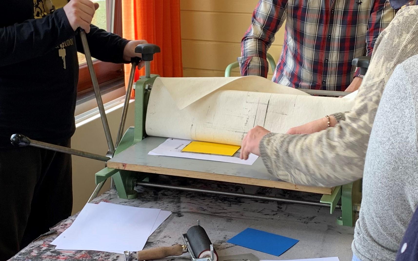 Maschine, mir der die eingefärbten Linolplatten auf das Papier gedrückt werden