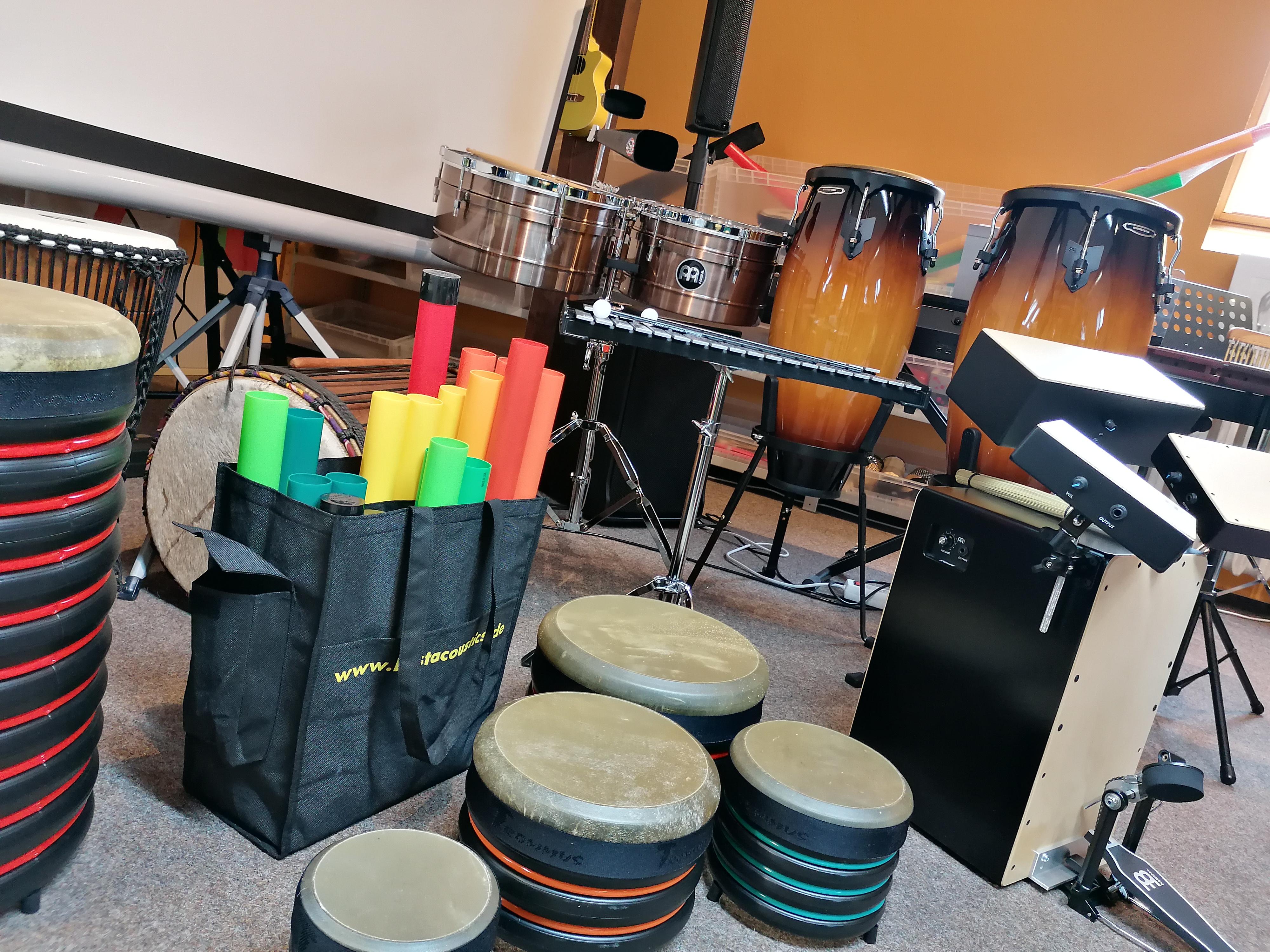 verschiedene Musikinstrumente, vor allem Rhythmusinstrumente, Trommeln etc