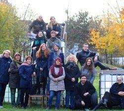Gruppenfoto auf einer Anhöhe.