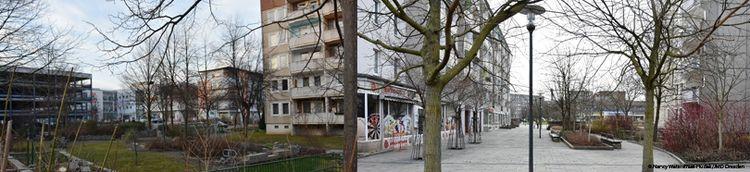 Zweiteilig: Links Innenhof einer Wohngegend mit Bepflanzung und kahlen Bäumen. Rechts Fußweg mit kahlen Bäumen vor einem Wohngebäude.