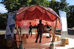 Menschen im Sommer im Zelt