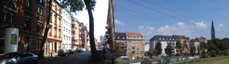 Zweiteilig: Links der Blick entlang einer Straße im Wohngebiet. Rechts die Frontansicht einer Straße mit Hochhäusern und Grünstreifen. Rechts steht eine Kirche. In der Ferne sind ein paar Wolken am Himmel.
