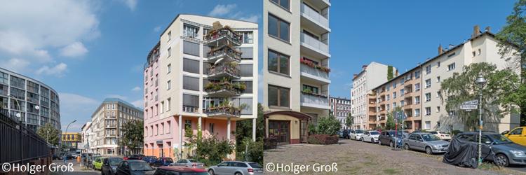 Zwei Bilder aus Berlin-Moabit. Es sind zwei unterschiedliche Straßen bzw. Kreuzungen abgebildet. Die Häuser sind Mehrfamilienhaus-Blocks unterschiedlichen Baualters. Es sind keine Menschen auf der Straße. Der Himmel ist Blau