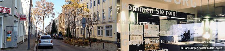 Zweiteilig: Links befindet sich eine Straße in einem Wohngebiet. Am Rand parken Autos. Rechts in ein verglastes Informationsbüro. Es hängen Landkarten an der Wand.